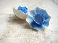 Matrimonio eco friendly, eco gioielli, orecchini con fiori di carta bianco , blu. Tendenze 2015 by Alessandra Fabre Repetto. Green wedding paper flower earrings