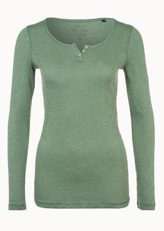 Unkompliziert und zeitlos, das Serafino-Shirt ist, dank des geradlinigen Designs und der weichen Haptik, zu jeder Jahreszeit ein gern gesehener Begleiter. Einen sportliche Note bekommt das Oberteil durch die kurze Knopfleiste und das Flammgarn. Aus 100% Baumwolle....