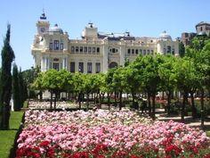 La rosaleda de los Jardines de Pedro Luis Alonso, junto al edificio del Ayuntamiento de Málaga