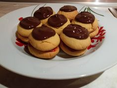 ΒΟΥΤΗΜΑΤΑ ΜΕ ΓΕΜΙΣΗ ΦΡΑΟΥΛΑ ΚΑΙ ΕΠΙΚΑΛΥΨΗ ΣΟΚΟΛΑΤΑ! - Daddy-Cool.gr Cheesecake, Sweets, Cookies, Chocolate, Baking, Breakfast, Desserts, Food, Crack Crackers