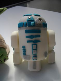 R2D2 Cake Topper by Mmmm Cake, via Flickr