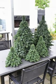 But with a narrower top Claus Dalby - håndlavede juletræer. But with a narrower top Cute Christmas Tree, Natural Christmas, Green Christmas, Xmas Tree, Winter Christmas, Christmas Holidays, Outdoor Christmas Decorations, Holiday Decor, Creation Deco
