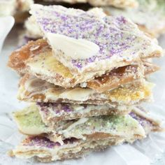 Easy King Cake Crack Candy Recipe – Cake 'n Knife - mardi gras Mardi Gras Appetizers, Mardi Gras Food, King Cake Recipe, Delicious Desserts, Yummy Food, Cheap Clean Eating, Louisiana Recipes, Candy Cakes, Down South