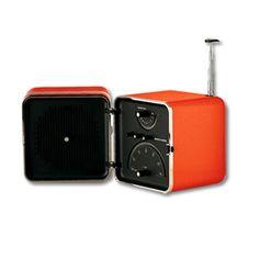 Das Radio TS522, 1964 von Marco Zanuso und Richard Sapper für Brionvega entworfen, ist der absolute Spiegel seiner Namensgebung. Die klare, kubische Form und die klassischen analogen Bedienelemente zeigen den Unterschied zwischen der überlegten und schlichten Eleganz des Radio TS522 und seinen modernen Nachfolgern.