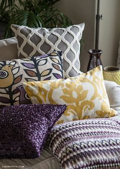 Simple DIY Zipper Pillow Cover - great instructions for sewing a pillow cover with a zipper