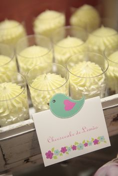 Foram criadas duas mesas distintas, a mesa de doces com diversos docinhos e miminhos para os convidados, onde não poderiam faltar as forminhas em flor...