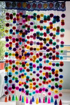 Crocheted curtain of pompoms x 1 mt - וילון / מחיצה - Diy Room Deco . Pom Pom Crafts, Yarn Crafts, Home Crafts, Diy And Crafts, Arts And Crafts, Pom Pom Curtains, Crochet Curtains, Beaded Curtains, Pom Poms