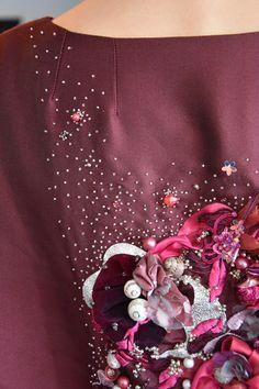Broderie au ruban, perles de verre et coquillages.