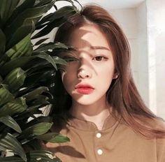 韓国の女の子ってみんな色が白いですよね。色が白いだけで女の子らしいし清潔感もありますよね。同じアジア人なのにどうして韓国の女の子は色が白いの?その秘密は美白クリームでした!簡単に色白さんになれちゃう美白クリームを今回はご紹介します。