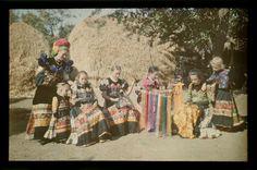 Little matyo girls/Hímző matyó lányok.Néprajzi Múzeum | Online Gyűjtemények - Etnológiai Archívum, Diapozitív-gyűjtemény