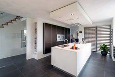 Bijzondere B3 keuken met een fraaie koof waarin afzuigkap is weggewerkt. De…
