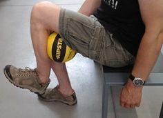 Упражнение для коленей с баскетбольным мини-мячом. Предлагаем 4 простые и эффективные упражнения, одно из них очень важное — с применением мяча, а также упражнения в воде... #упражнениядляколена #коленныйсустав