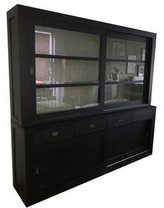 Grote moderne buffetkast in het zwart met chique grijze binnenkant. Deze kast met design vormgeving en strakke lijnen is aanwinst voor je interieur. De mooie invallende handgrepen, roedes in de ramen en paneel achterwand geven deze kast een landelijk tintje.