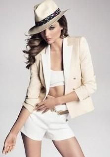 Miranda Kerr can never go wrong! Stylish Clothes For Women, Stylish Men, Euro, Miranda Kerr Style, Heart Chain, The Blushed Nudes, Panama Hat, Street Wear, Short Dresses