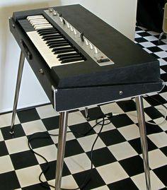 ヤマハ・コンボオルガンの代表格YC-10、シックなブラックタイプです。初期型の特徴の本革ハンドル、レバーヘッドは後期タイプ、音源基板にはチューニング可のコ...