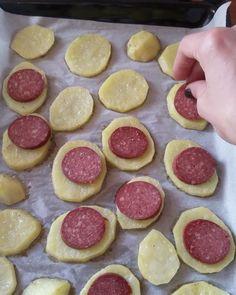 """2,321 Beğenme, 50 Yorum - Instagram'da Beyhan Kadayıfçı (@beyhaninmutfagi): """"Günaydınnn 😍😍 Keyifli hafta sonları olsun yepimize 💕 Hava misss gibi gezip tozmalık bir gün 👍🏻 Ama…"""" Puff Pastry Recipes, Turkish Delight, Turkish Recipes, Empanadas, Finger Foods, Tapas, Waffles, Bakery, Brunch"""