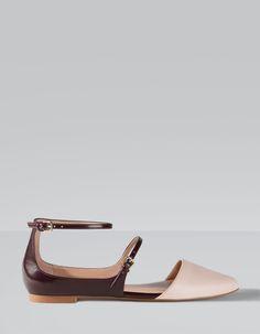 Sapatos rasos biqueira e presilha combinados