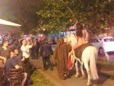 Modelo cavalga nua no Chile em protesto contra nova lei