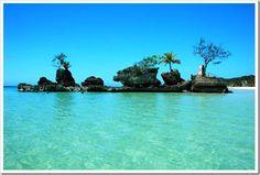 A maior propaganda da ilha de Boracay, uma ilha tropical ao sul de Manila, a capital das Filipinas, é a praia conhecida como White Beach, anunciada como a praia mais bonita do mundo. A praia é realmente incrível, com boa estrutura para os banhistas, águas cristalinas e grande extensão de areia branquinha.