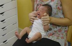 Ovaj doktor smiruje bebe kao na traci! Pogledajte kakav trik koristi… (VIDEO)