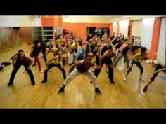 """Looks like fun, but I think I could do a masterful job of screwing it up. """"Bate Bate"""" (reaggeton) Zumba routine - loving this song! Zumba Workout Videos, Zumba Videos, Workout Music, Fitness Tips, Zumba Fitness, Fitness Music, Dance Fitness, Fitness Exercises, Zumba Party"""