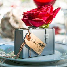 Queste stupende miniature in porcellana hanno come oggetto delle valigie vintage  perfette per decorare in modo originale i tavoli del vostro ricevimento: grazie  alla possibilità di inserire fiori freschi o finti all'interno di questi piccoli  vasi, si possono creare dei segnaposto unici che stupiranno amici e parenti portanti  classe ed eleganza al vostro evento.     Il prezzo è riferito a 2 pezzi   Misure: 9,1 x 4,7 x 6,7 cm