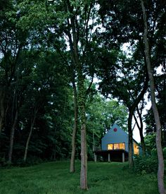 i LOVE this house tucked into the woods... sigh