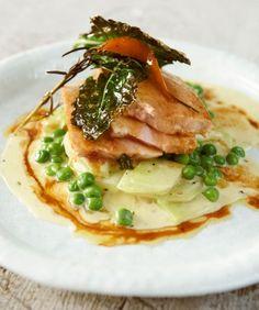 Leckere Schweinerei! Das Fleisch wird mit Knoblauch, Orange und Kräutern gegart, dazu gibt's Gemüse in Senfsahne.