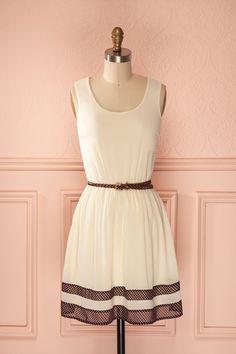 Clemmie ♥ Cheveux tressés, ceinture tressée, on ne se lasse pas de la simplicité d'une robe d'été.  Braided hair, braided belt, we can never get enough of the simplicity of a summer dress.
