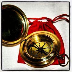 Mosiężny otwierany kompas żeglarski w sakiewce, stylowy otwierany kompas kapitański z mosiądzu, marynistyczny upominek, prezent dla Żeglarza, morski symbol, upominek dla osób kochających żagle, morze, żaglowce, szanty, morskie historie i opowieści, Photo by http://marynistyka.org