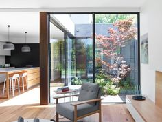 The Bentham Street townhouses in Yarralumla, by Paul Tilse Architects, possess an air of intrigue as to what lies behind their facade. Patio Interior, Home Interior Design, Interior Architecture, Courtyard Design, Courtyard House, Building A Small House, Modern Outdoor Living, Inside Garden, Townhouse Designs