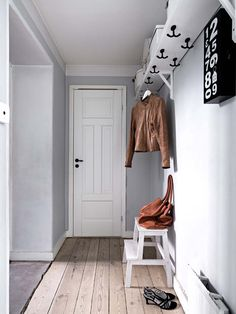Instead of mounting hooks on the wall, they get them close to the ceiling. Interesting, just a bit high for some people. Narrow Entryway, Entryway Bench, Lofts, Cozy Nook, Interior Decorating, Interior Design, Main Entrance, Home Renovation, Mudroom