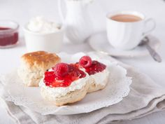 Englische Scones mit Clotted Cream und Himbeer-Marmelade