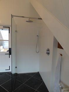 dit maakt een kleine badkamer ruimtelijk, een glazen douchewand of cabine. plaats de thermostaatbediening buiten het douchegedeelte en je wordt niet nat als je hem aanzet!!!! handig toch?