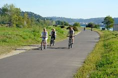 ViaRhôna - Vélos sur la voie verte - Saint-Vallier © Rhône-Alpes Tourisme - M. Rougy - La ViaRhôna est un incroyable parcours cyclable qui reliera à terme la frontière Suisse à la Camargue en suivant le plus beau des guides : le Rhône. L'itinéraire alterne les voies vertes et les voies partagées, en tout, près de 200 kilomètres de voies vertes et 78 kilomètres de véloroutes à trafic faible.