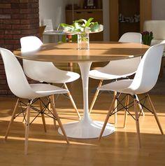 cadeira eames na mesa redonda