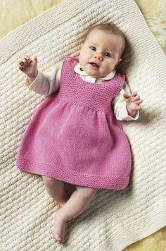 FREE PATTERN in Danish. Den lille kjole er meget nem at strikke i en blød blanding af bomuld og uld