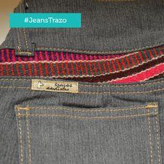 Jeans con aplicaciones de mantos andinos