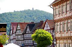 Eschwege - Blick vom Marktplatz über Fachwerkhäuser zum Bismarckturm