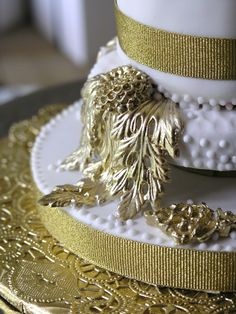 Old world inspired sugar detail  #SugarRealm #WeddingCakes #Cakes