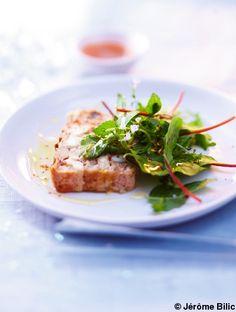 Recette Terrine de lotte et Saint-Jacques  : Allumez le four sur th. 6/180° et tapissez un moule à cake de papier sulfurisé.Coupez les poissons en petits dé...