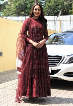 Fashion trends Sonakshi sinha outfits, Sonakshi sinha kalank, Sonakshi sinha indian wear Source by dresses indian Sonakshi Sinha, Indian Dresses, Indian Outfits, Ethnic Outfits, Runway Fashion, Fashion Outfits, Fashion Trends, Fashion Fashion, Cropped Jeans