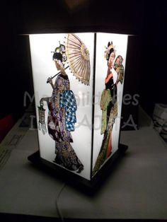 Lámpara de molduras de madera decoradas y paneles de cristal pintados a mano con esmaltes.