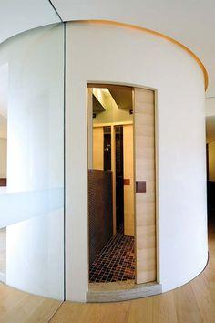 Des courbes élégantes et innovantes dans la conception intérieure avec les portes incurvées Circular d'Eclisse. https://www.eclisse.fr/fr/produits/collection/circular/porte-coulissante-galandage-courbe-circular/