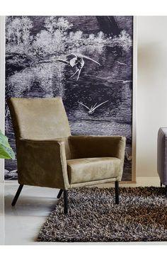 Diem is een fauteuil met klasse. Dit zitmeubel is als het ware de troon in huis. De ruime zitting zorgt ervoor dat je je niet opgesloten voelt. Daarnaast wordt het gehele lichaam goed ondersteund; aan rug, hoofd en armen is gedacht bij het ontwerpen van Diem. Ook wat afwerking betreft is deze fauteuil superieur. Het buffel leer in olijfgroen is plantaardig bewerkt, waardoor dit natuurmateriaal haar authenticiteit houdt.