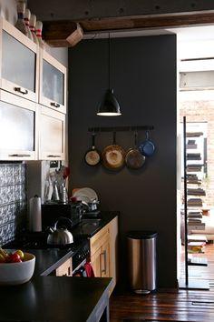 parede preta na cozinha / black wall in the kitchen