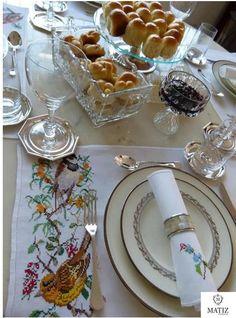 Mesa de café da manhã: a proposta aqui é mais formal, mas tão linda quanto as outras. Ameii a ideia de colocar a geleia em uma taça!