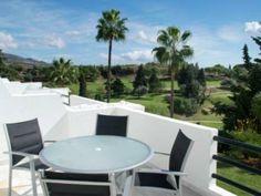 Terraza con vistas al campo de golf. Casa adosada para 4 personas, en #Marbella.