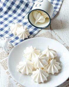 シンプルな材料で簡単に作れる焼きメレンゲのレシピをご紹介しています。 お店で買うとお値段の張るお菓子ですが、 簡単に手作り出来ちゃいますよ! ぜひ作ってみてくださいね♪