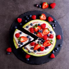 Watermelon pizza with cashew cream and berries Watermelon Pizza, Watermelon Slices, Cashew Cream, I Want To Eat, Recipe Collection, Fruit Salad, Vegan Vegetarian, Berries, Cake